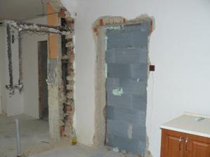 zeď z kuchyně do obyváku již probourána, místo zazděných dvěří budou poličky na květinky :))