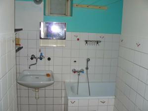 původní koupelna, nejhůř řešená jak šlo, všechny zdi jsme zbourali a vytvořili jeden prostor spolu s wc - v tomto dispozičním provedení to bylo nepoužitelný!!