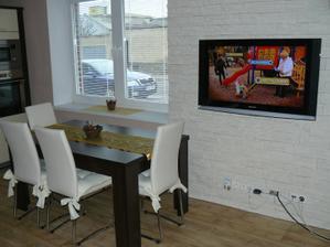televizku si natočíme buď do kuchyně, nebo obyváku :)