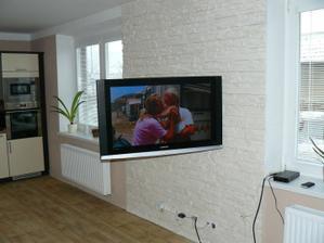 stěna obložená, televizka visí :))