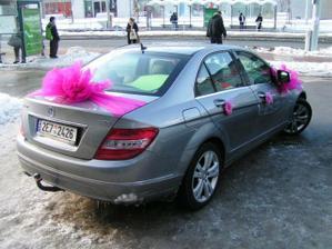 takto nazdobené auto, ale světlejší růžová