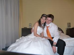 značně unavení, ve svatebním apartmá