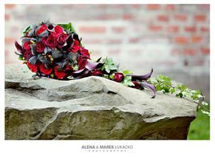 Moje nejúžasnější květina přesně pro mě... tak říkajíc na míru (miluji černou) Myslím, že se vám bude líbit, tak přidávám jako inspiraci pro další nevěsty =) .. ladila s výzdobou auta, vývazky apod. ... už se mi suší =)