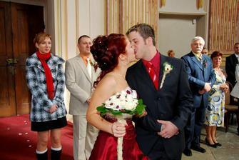 První novomanželská pusinka