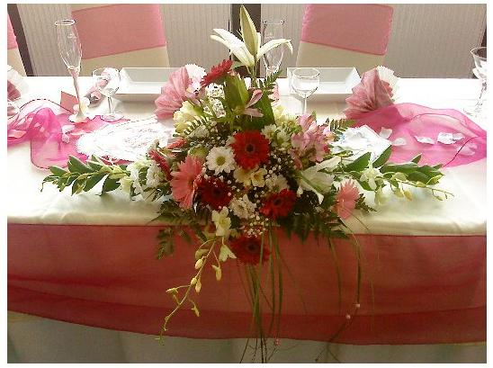 """""""Keby som sa mohla odviazať, moja svadba snov by vyzerala takto..."""" - Detail na ikebanu na hlavnom stole"""