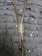 detail šperku na šatech svědkyně
