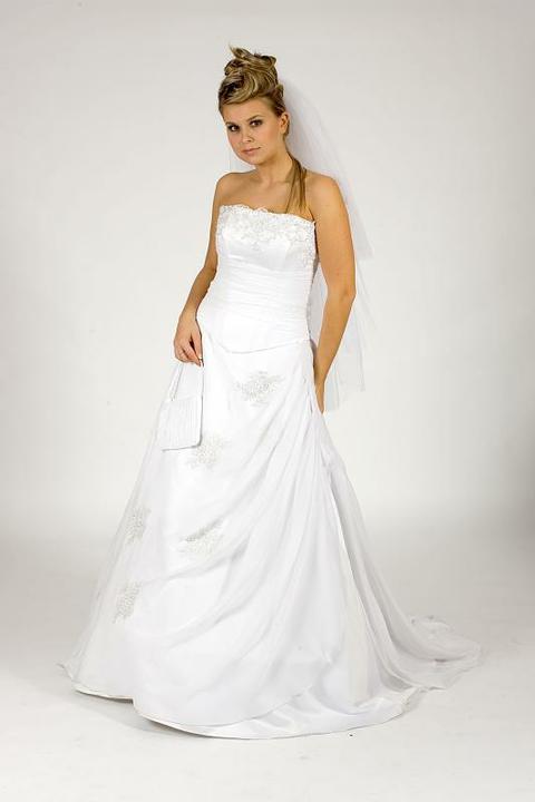 Klasické, uvidím pro které se rozhodnu, budeme mít svatbu v barvě bordó, tak bych chtěla i takové šaty...
