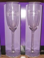 naše skleničky...jsou na nich naše jména a datum svatby...