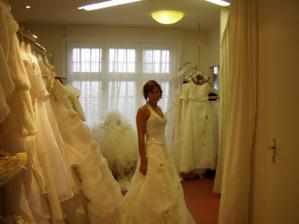 Poslední zkoušené šaty v salon Dany Svozílkové - byly zamluvené ale nakonec jsem jela do jiného salonu a vybrala si jiné šatičky