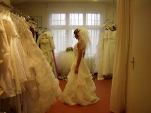 z boku - zkusila bych i více šatu, ale paní mi poradila že už raději ne - že pak bych si už asi nevybrala :-) (myslím z tak velkého výběru)