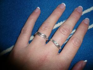 a tady na prsteníčku
