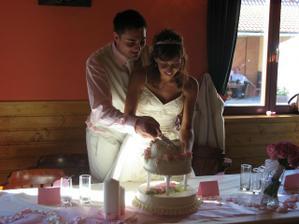 a krájení dortu bylo veselé když jsem ženichovi upatlala schválně celou pusu a on mě to chtěl oplatit