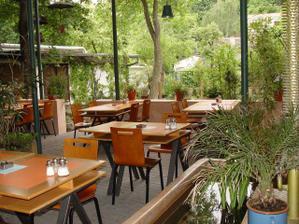 letní zahrada, tam budeme mít večeři
