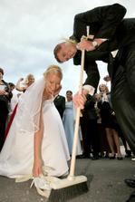 musim ho pochvalit-aj po svadbe sa v domacich pracach cini:)