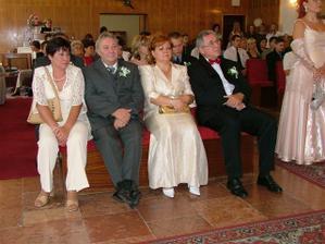 Svadobní rodičia - zprava nevestiny rodičia, zľava ženíchovi rodičia