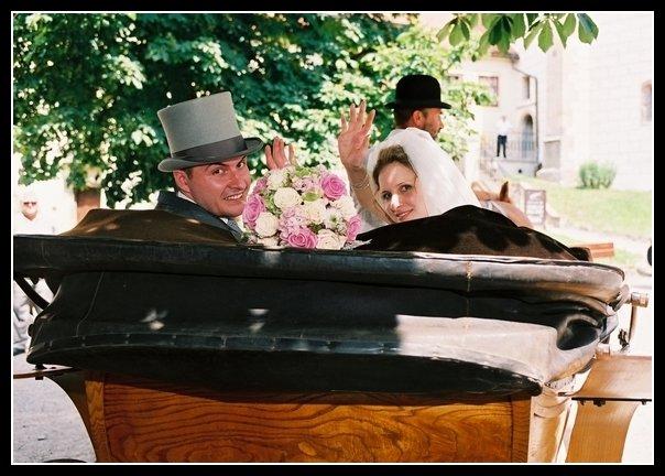 Lucie{{_AND_}}Martin Balounovi - Projížďka v kočáře byla nádherná, jenom jsem přitom zjistila, že moje alergie na koně je opravdu velká ...