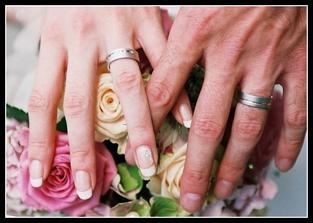 Málem bych zapomněla - tady jsou ty naše krásné prstýnky, které jsme si nakonec navlékli.