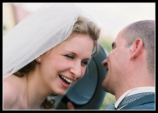 Můj manžel je strašně vtipný, ale ty slova mu došla, když jsem při únosu nevěsty vyskočila z dva metry vysokého okna ...