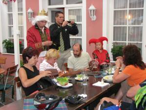 A pak šel vybírat korunky (i mezi hosty na zahrádce, kteří k nám vůbec neptřili - a vybral!).