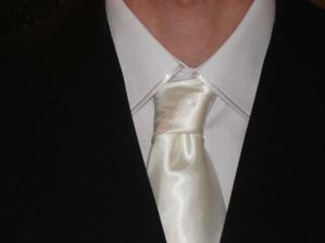 detail kravaty a košile
