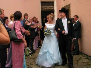 štastní novomanželé