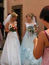 novomanželka s nevěstou