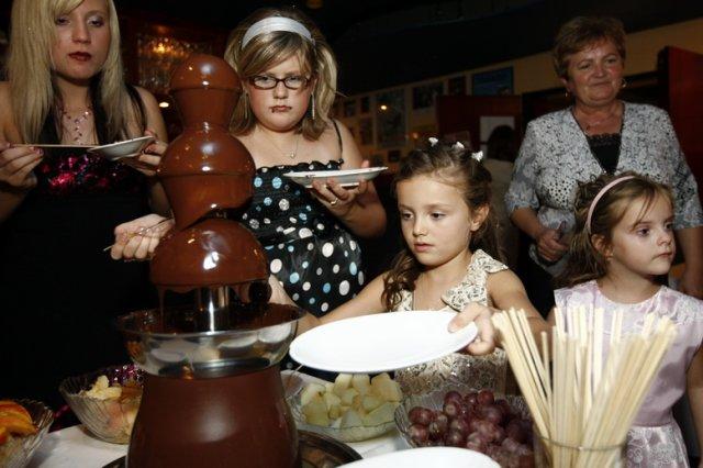 Milka Knoteková{{_AND_}}Miloš Farkaš - hlavne deti si uzili cokoladovu fontanku
