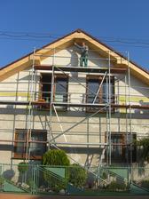 Predná časť domu a majster na lešeníí... (oco)