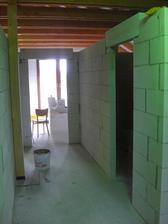 na pravej strane detská izba a vzadu spálňa... v detskej ešte pribudnú 2 strešné okná
