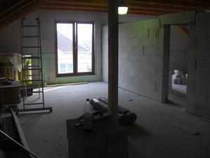 pohľad z kuchynskej časti do spojenej obývačky