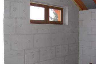 Kúpeľňa zateplená s multiporom aj z interiérovej strany... pre istotu, keďže je to severná strana domu.