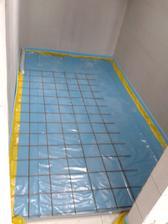 a v komore... v týchto dvoch miestnostiach bude betónový poter... Všade inde bude drevená podlaha - rošty + OSB dosky a plávajúca podlaha