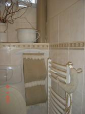 Wc: kapsář-zásobník na toaleťák mnou ušitý, staré ramínko natřené, posloužilo jako držák, na topení malá šitá dekorace.