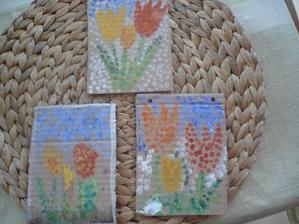 tulipány jsme malovali s Matýskem a Šimínkem pro jejich prababičku. Nemalovali jsme štětcem, ale ťupovali vatovými tyčinkami.
