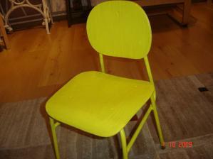 stará židlička, vyřazená ze školky, natřená žlutým balakrylem