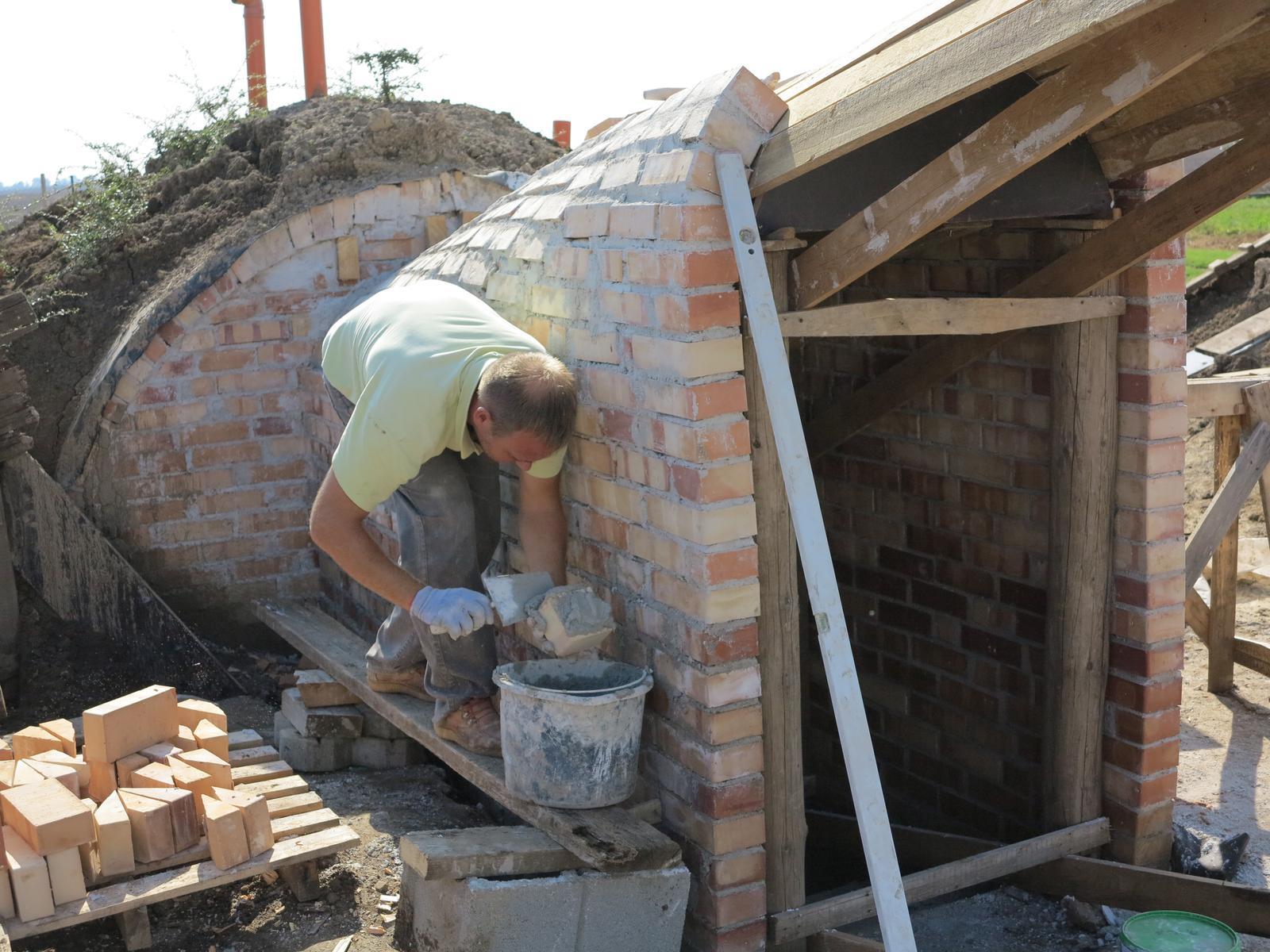 Posledný deň v roku sme sa presťahovali - murovanie vchodu do pivnice