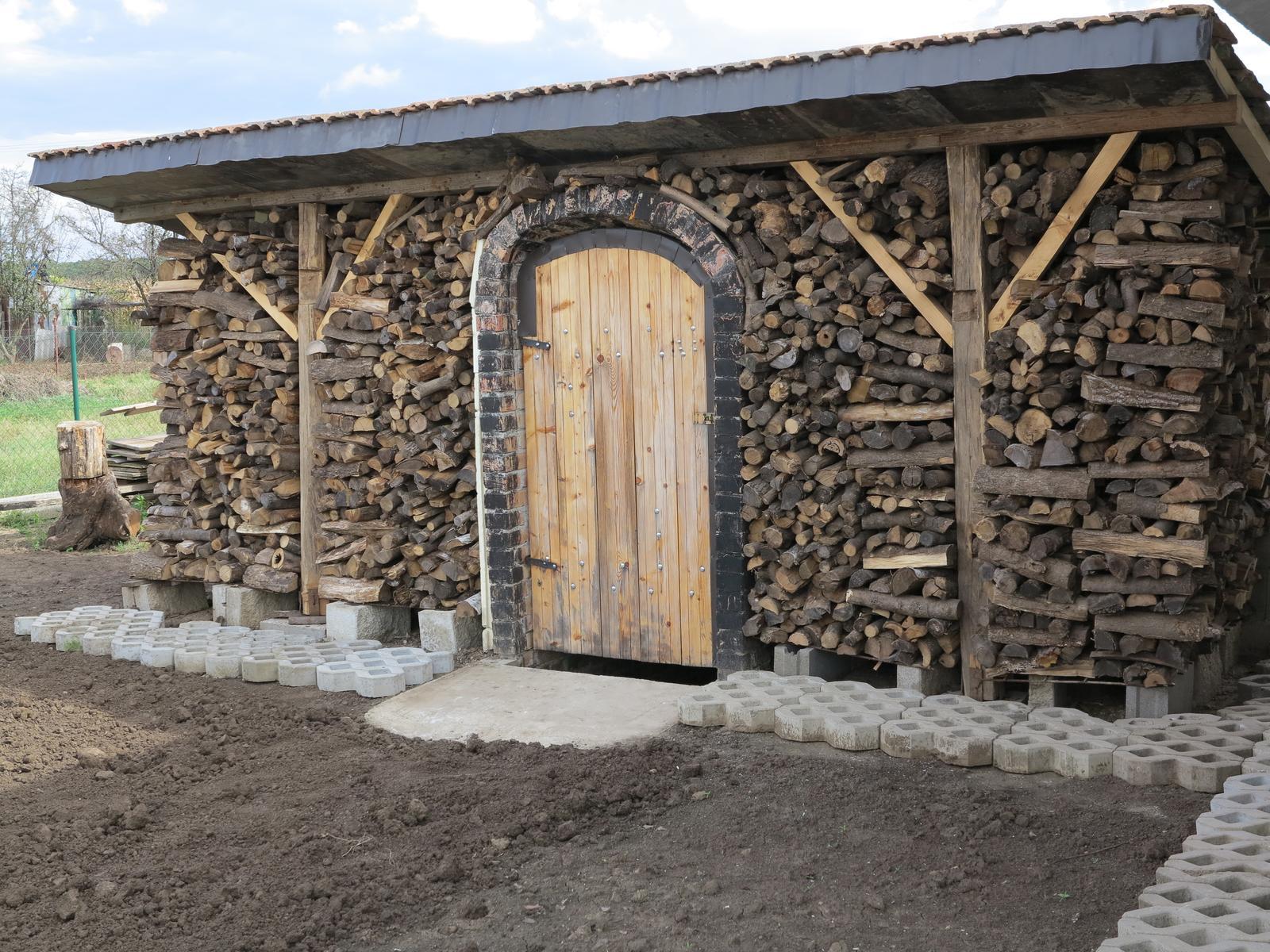 Posledný deň v roku sme sa presťahovali - pivnica konečne dokončená aj s prístreškom na drevo