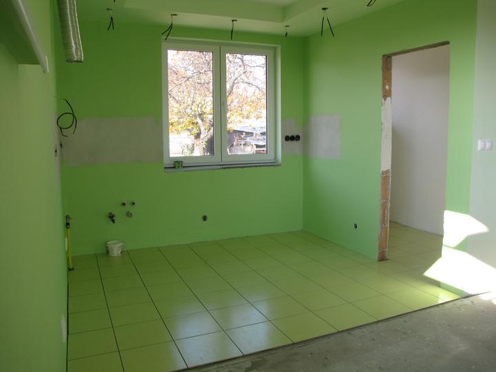 Dlažba - kuchyňa a špajza vydlaždená ešte treba zašpárovať
