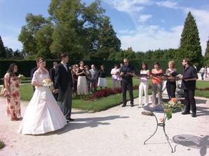 Svatební obřad v zámeckém parku Lednice
