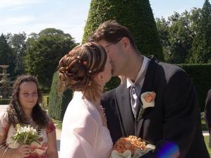 Naše svatební políbení. Zpívali nám Květiny bílé po cestě.
