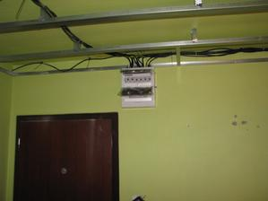 chodba elektrika hotova-znizuje sa strop...