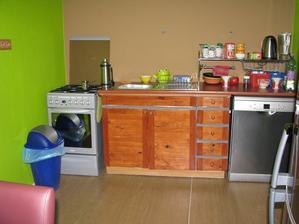 provizorna kuchyna ...bez vody este ze mam umyvacku....