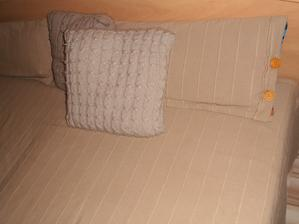 novy prehoz i vankusiky v spalni