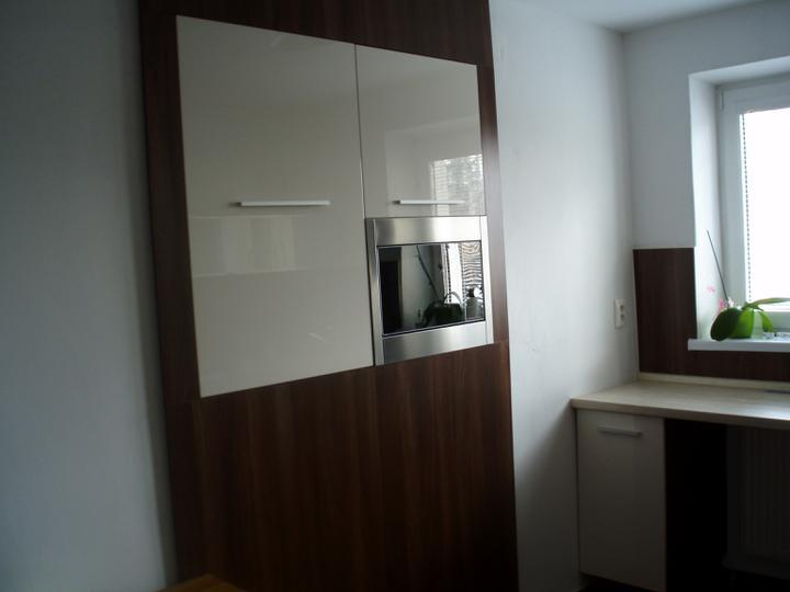 Bytová kuchyňa (v rámci obmedzeného rozpočtu) - tie biele skriny sú vyplnením výklenku, ktorý bol v byte po zamurovaní okna a takto sme ho využili... dookola sme to oblepili drevom, aby to vyzeralo ako skriňa