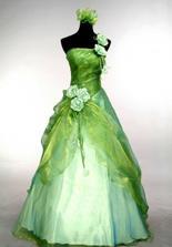 Popolnočné - ked som mala stužkovú a videla som aké mala spolužiačka krásne zelenkasté šaty, k tomu čierne vlasy - tak mi pripadala ako snehulienka (hoci neviem prečo, kedže snehulienka nemala zelené šaty) a tak som si povedala, že presne také chcem