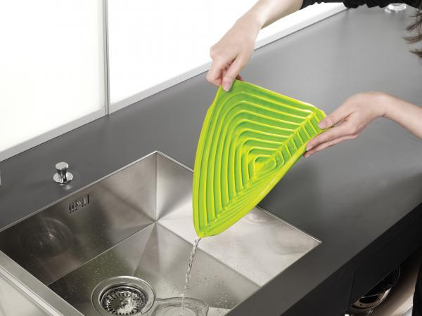 Kuchynské dizajnové doplnky na www.dekoraciedobytu.sk - Odkvapkávacia podložka JOSEPH JOSEPH Flume, zelená