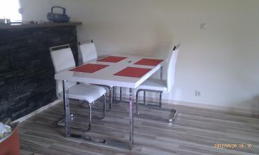 Náš kuchynský stôl (Sconto), už máme aj štvrtú stoličku doma, len keď som to fotila v tom čase sme ešte na ňu čakali...