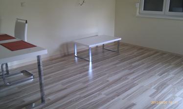 konferenčný stolík - rovnaká séria ako jedálenský stôl...