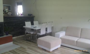stôl so 4-mi stoličkami....