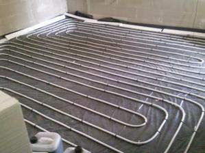 Už máme natiahnuté aj trubky na podlahové kúrenie a tento piatok (23.9.2011) nám prídu urobiť potery :-)